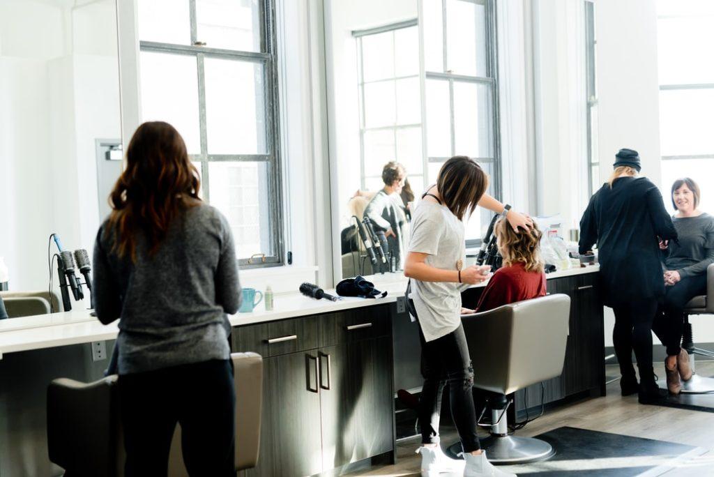 Dobry stylista doradzi w jakiej fryzurze będziesz dobrze wyglądać