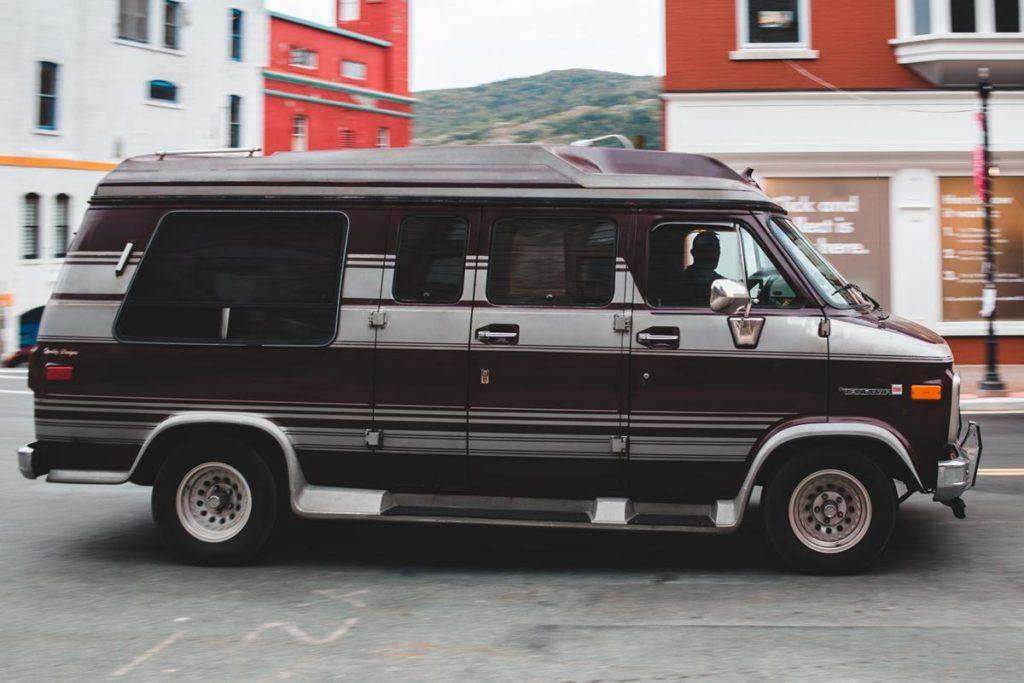 Jak wybrać odpowiednie oferty na rynku transportu busami?